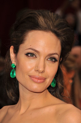 2009-02-cn-oscars-angelina-ear